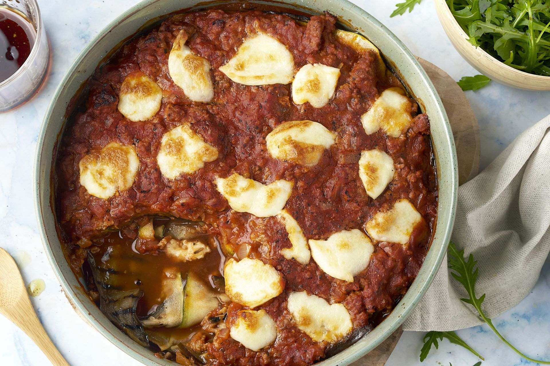Aubergine- en courgettelasagne met gehakt en mozzarella