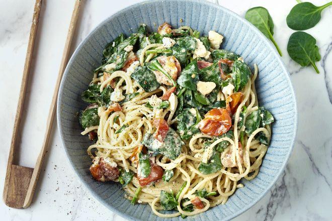 Spaghetti met gebakken feta, spinazie en kerstomaten