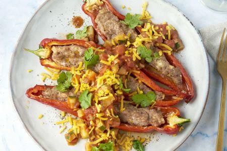 Mexicaanse gevulde puntpaprika's met pittige tomatensaus