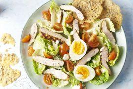 Foto van Caesar salade met gegrilde kip en parmezaankoekjes