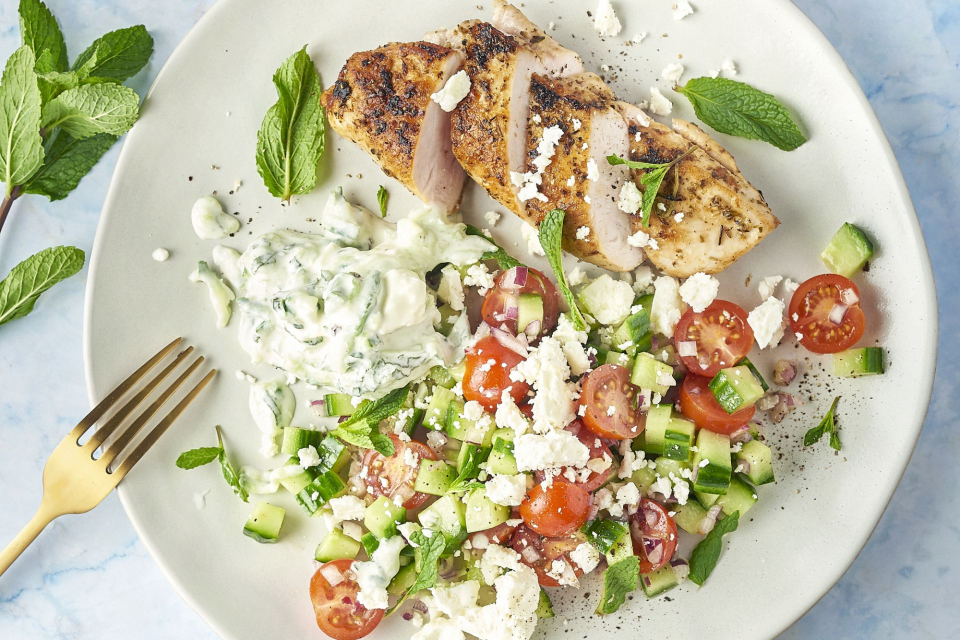 Griekse gemarineerde kip met tzatziki en feta