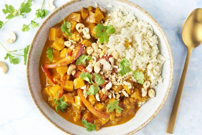 Indische curry met zoete aardappel en bloemkoolrijst