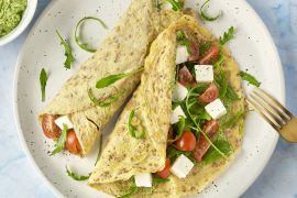 Foto van Omeletwraps met tomaat, mozzarella en rucola-walnotenpesto