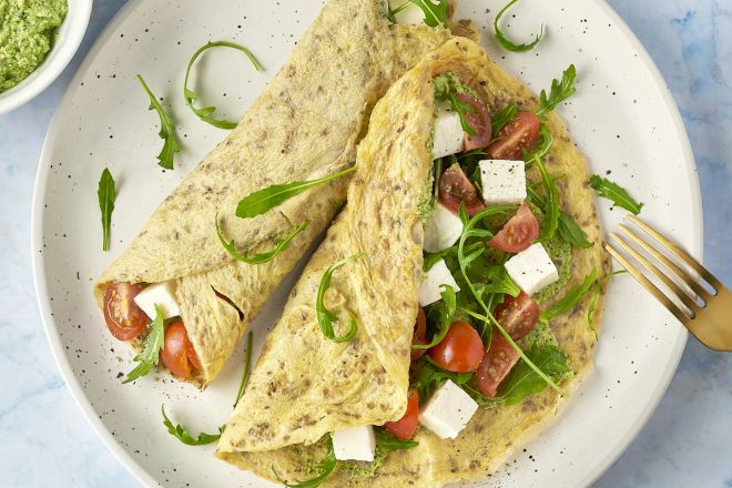 Omeletwraps met tomaat, mozzarella en rucola-walnotenpesto