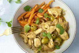 Foto van Tajine van kip met citroen en geroosterde wortelen