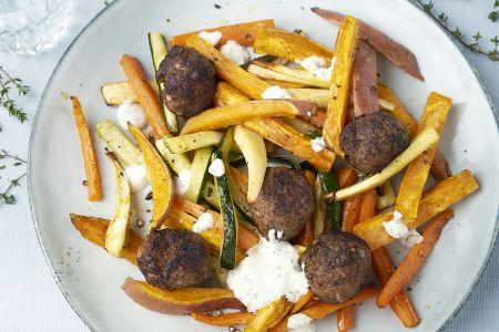 Kruidige gehaktballetjes met geroosterde groentefrietjes en yoghurtdressing