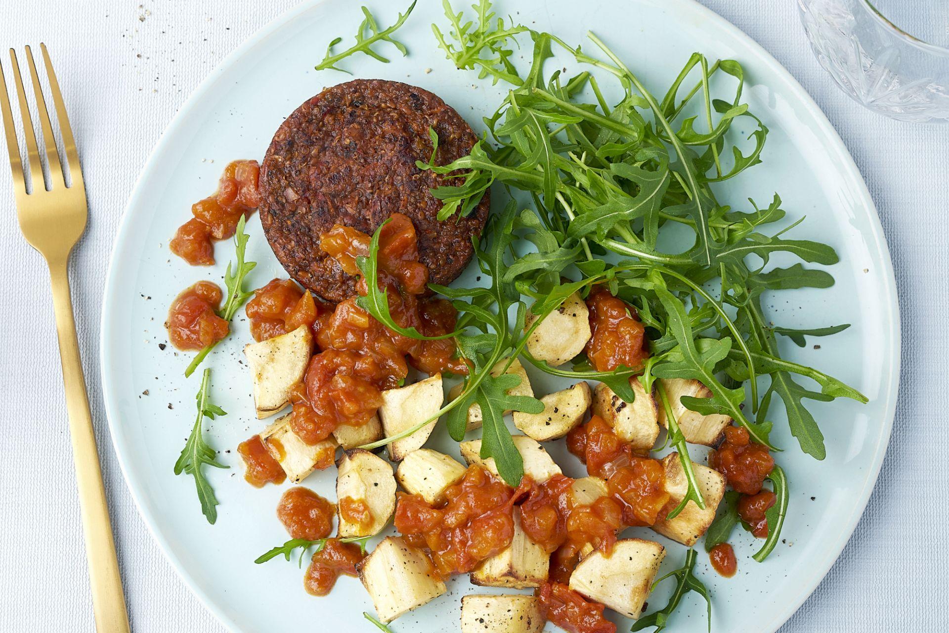 Pastinaak bravas met vegan burger en rucola