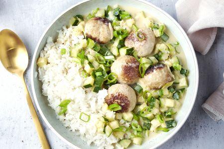 Thaise kippenballetjes met groene curry en courgette