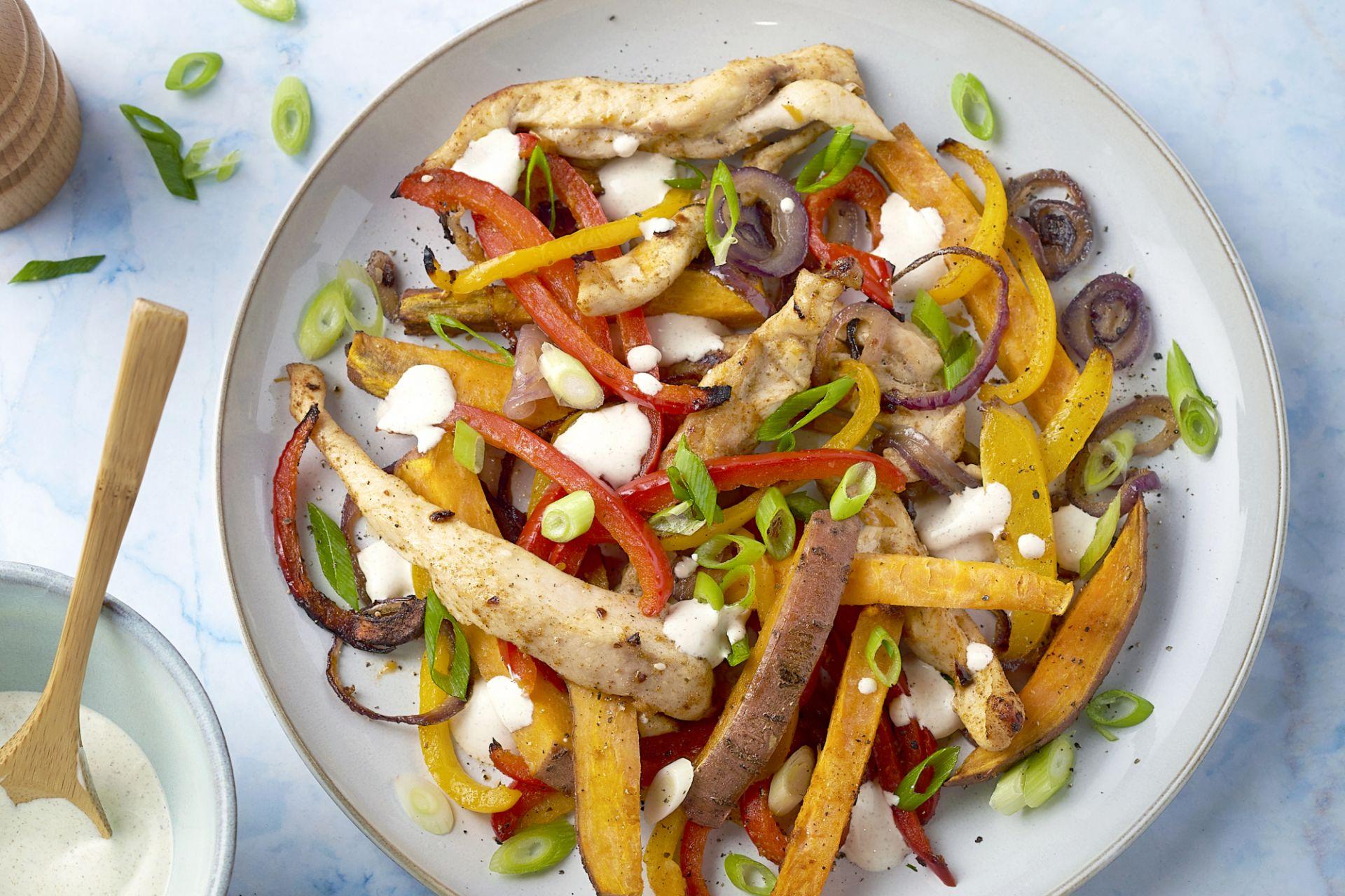 Kip fajitas van de bakplaat met zoete aardappel