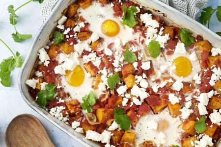 Shakshuka ovenschotel met zoete aardappel, feta en koriander