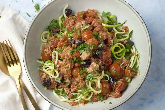Courgettespaghetti puttanesca met tonijn