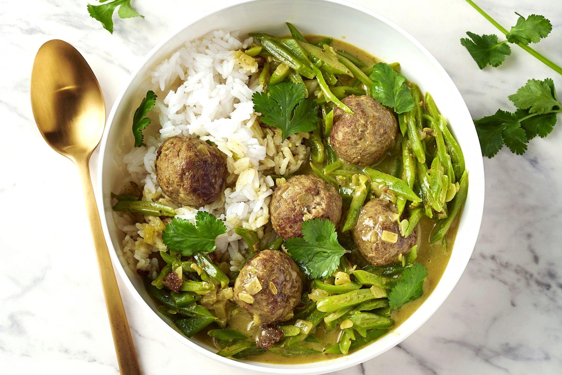 Kruidige gehaktballetjes in currysaus met snijbonen en rijst