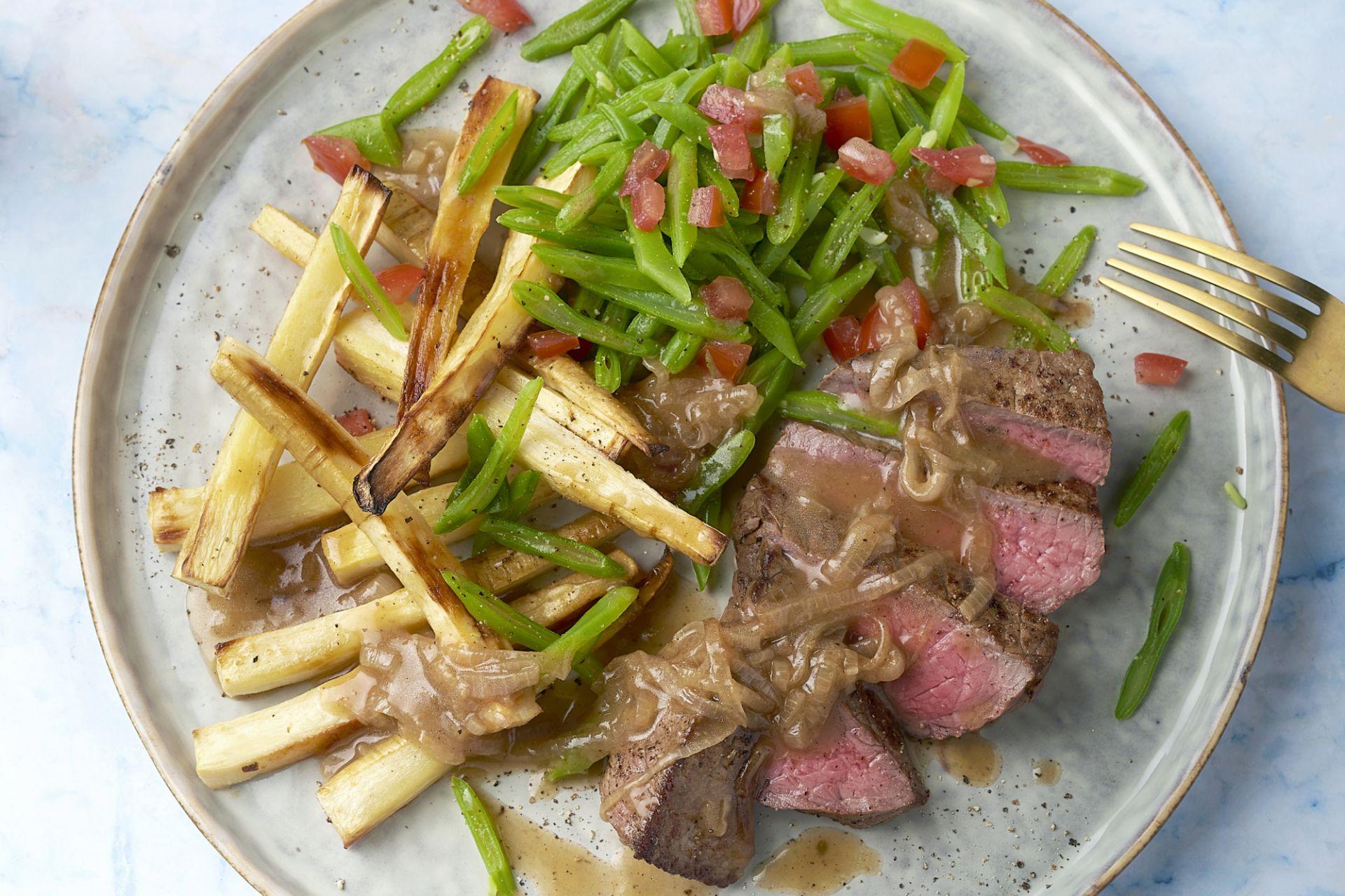 Steak met snijbonen, sjalottensaus en pastinaakfrietjes