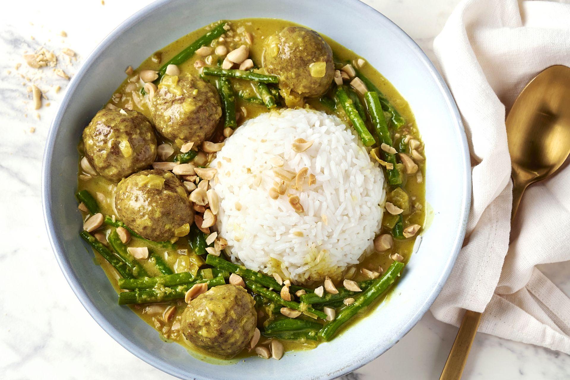 Snelle rendang gehaktballetjes met boontjes en rijst