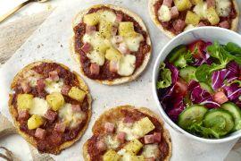 Foto van Pizzetta Hawaï met frisse salade