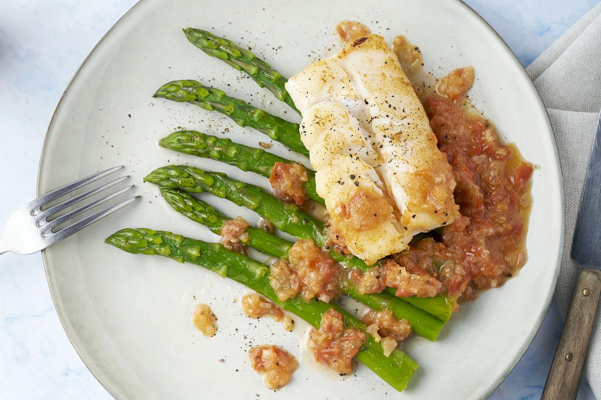 Witte vis met sauce vierge en groene asperges