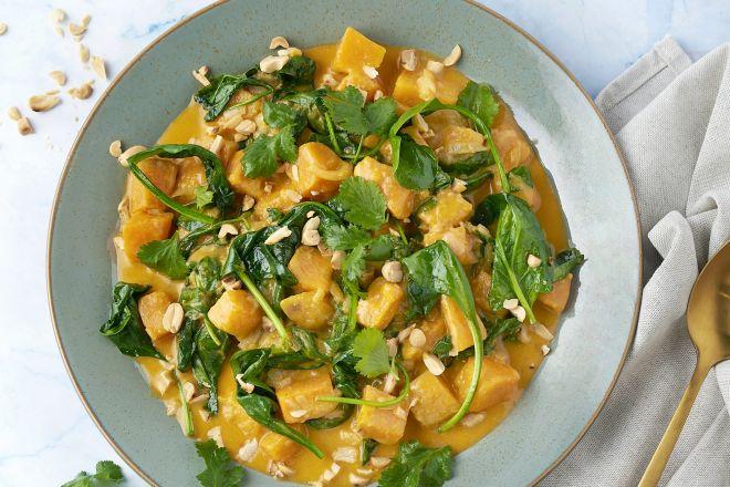 Rode curry met zoete aardappel, spinazie en pindakaas