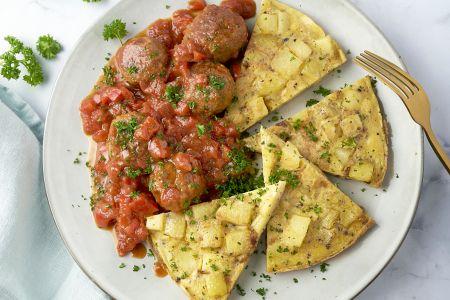 Tortilla met albondigas in tomatensaus