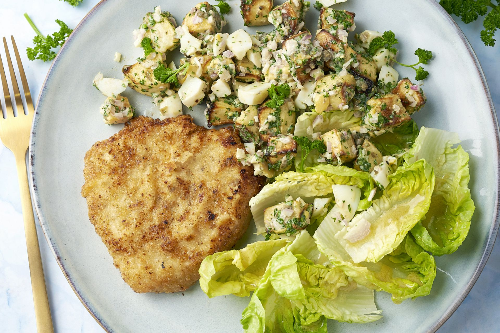 Schnitzel met amandelkorstje en geroosterde pastinaak-salade