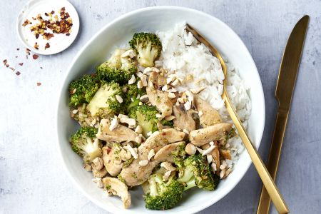 Kip en broccoli in een honing-citroen-sojamarinade met rijst