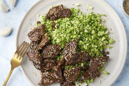 Sticky runderreepjes met broccolirijst