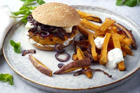 Wortelburgers met feta en zoete aardappelfrietjes