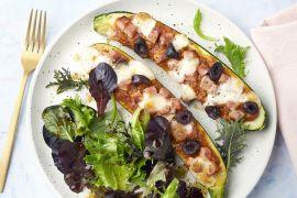 Foto van Pizza-courgettebootjes met ham en olijven