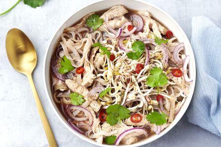Snelle pho (Vietnamese noedelsoep) met kip