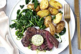 Foto van Gegrilde steak met kruidenboter, spinazie en krieltjes