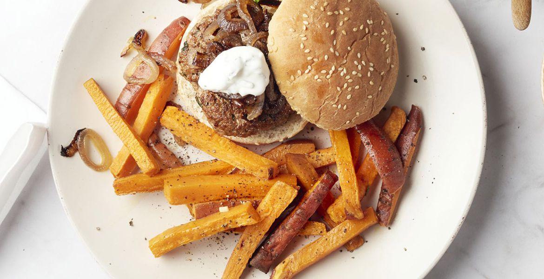 Lamsburger met frieten van zoete aardappel
