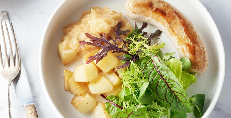 Worst met appelmoes en gebakken patatjes