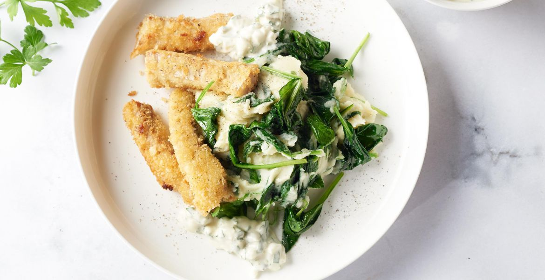 Zelfgemaakte koolvis fishsticks met spinaziepuree en tartaarsaus