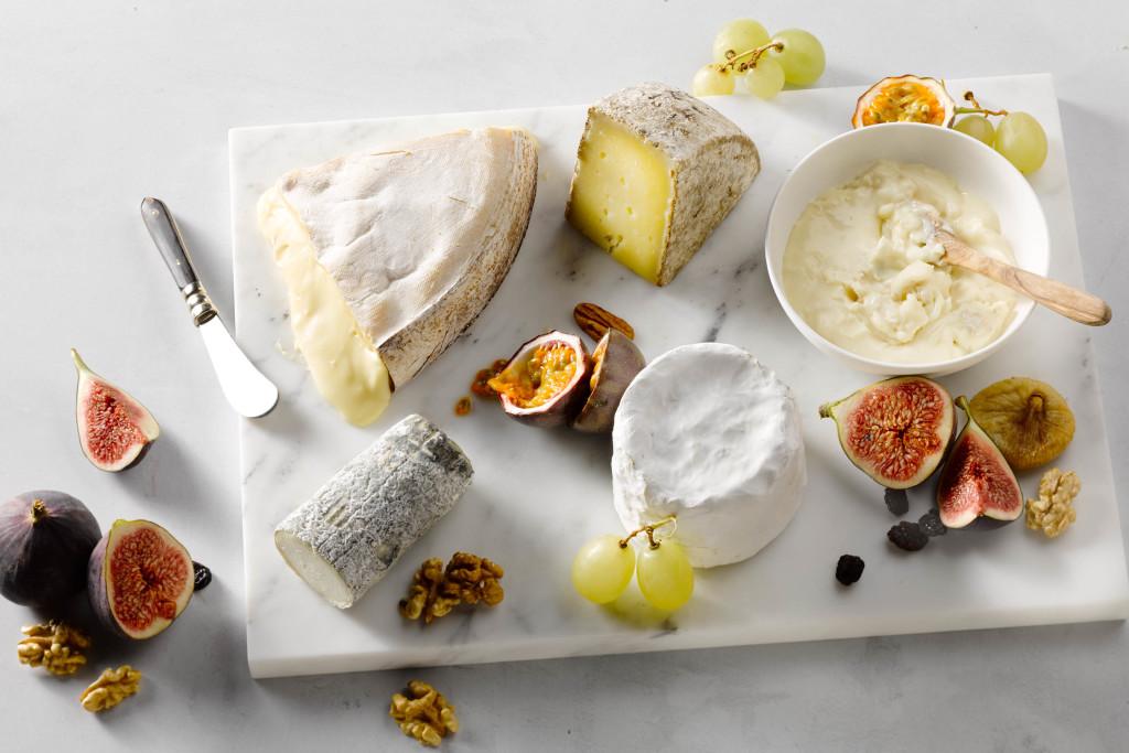 kaasschotel met mont d'or, tomme de savoie, gorgonzola dolce, chèvre cendré en chaource.