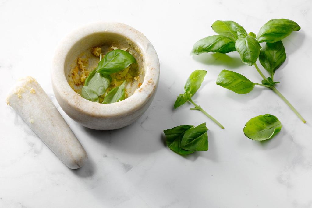 pesto zelf maken - basilicum toevoegen