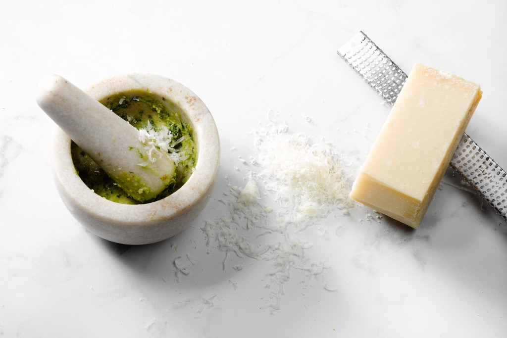 pesto zelf maken - parmezaan toevoegen